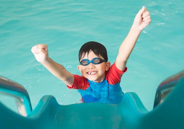 Παιδί στην πισίνα